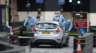 La police scientifique examine la Ford Fiesta qui a servi de voiture-bélier lors de l'attaque à Londres, le 14 août 2018, qui a blessé trois personnes. (DANIEL LEAL-OLIVAS / AFP)