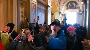 Des supporters de Donald Trump, le 6 janvier 2021 dans les couloirs du Capitole à Washington (Etats-Unis). (ROBERTO SCHMIDT / AFP)