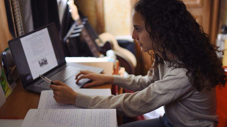 Une élève suit ses cours en ligne,depuis chez elle, dans l'Oise, le 3 avril 2021. (RACHEL COTTE / HANS LUCAS / AFP)