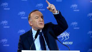 Le président du Medef, Pierre Gattaz, le 19 avril 2016, lors de sa conférence de presse mensuelle au siège de l'organisation patronale, à Paris. (ERIC PIERMONT / AFP)