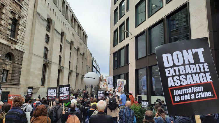 Des manifestants lors d'un rassemblement de soutien à Julian Assange devant la cour criminelle de Londres, le 7 septembre 2020. (RICHARD PLACE / RADIO FRANCE)