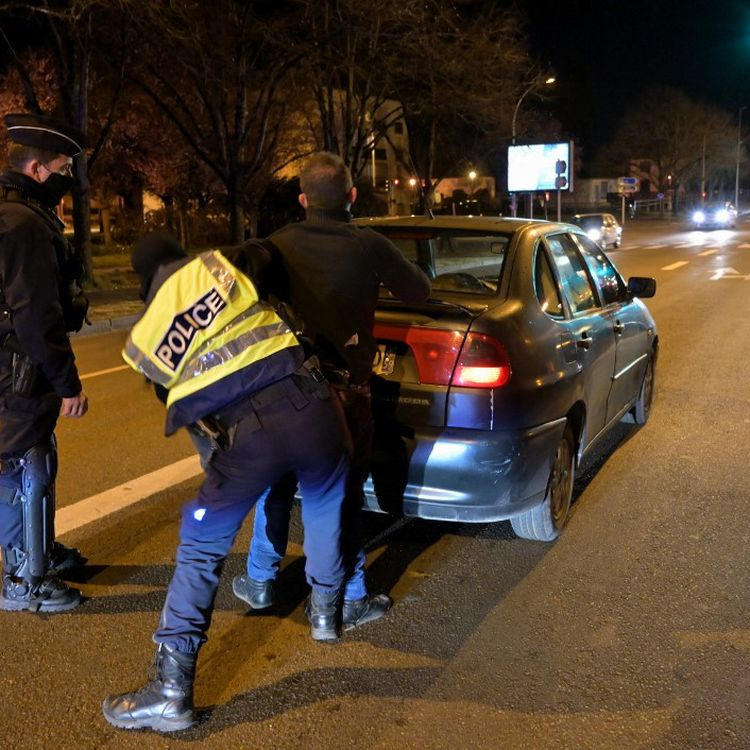 Des policierscontrôlentun homme à Blois (Loir-et-Cher), le 17 mars 2021. (GUILLAUME SOUVANT / AFP)