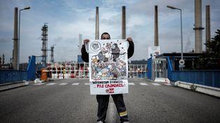 Ungréviste pose devant la raffinerie Total de Feyzin (Rhône), le 25 mai 2016. (JEFF PACHOUD / AFP)