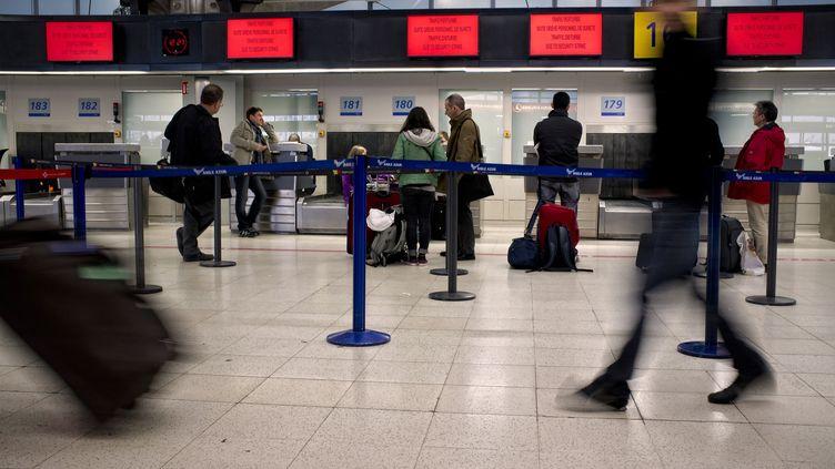 Des voyageurs à l'aéroport de Lyon (Rhône), le 19 décembre 2011. (JEAN-PHILIPPE KSIAZEK /AFP)