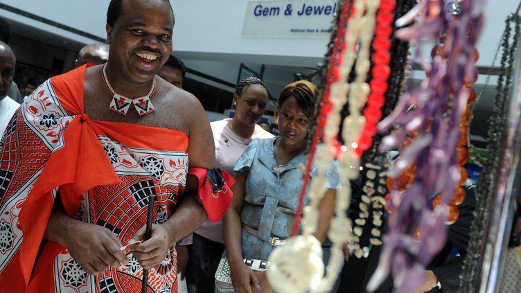 Le roi d'eSwatini Mswati III et la reine Inkhosikati Make Mahlangu au Sri Lanka, le 15 août 2012. (ISHARA S.KODIKARA / AFP)