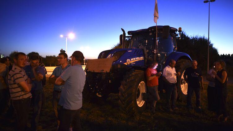 Des producteurs de lait réunis devant l'usine Lactalis à Laval (Mayenne), le 22 août 2016. (JEAN-FRANCOIS MONIER / AFP)