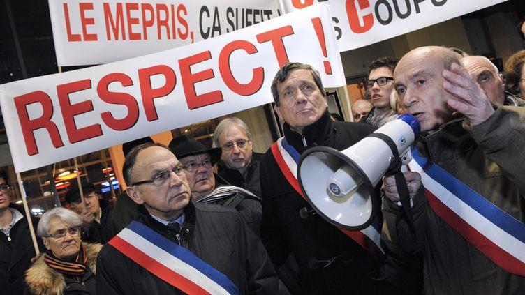 Le maire de Vichy, Claude Malhuret, prend la parole lors d'une manifestation bloquant le train Paris-Clermont-Ferrand, le 10 décembre 2012 à Vichy (Allier). (THIERRY ZOCCOLAN / AFP)