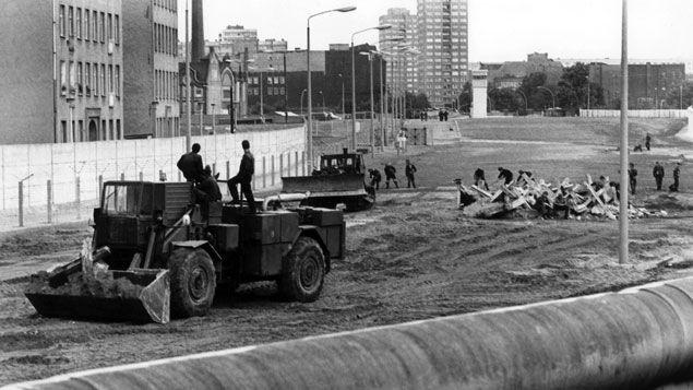 (Un terrain du quartier de Kreuzberg occupé par l'armée est-allemande. © Maxppp)