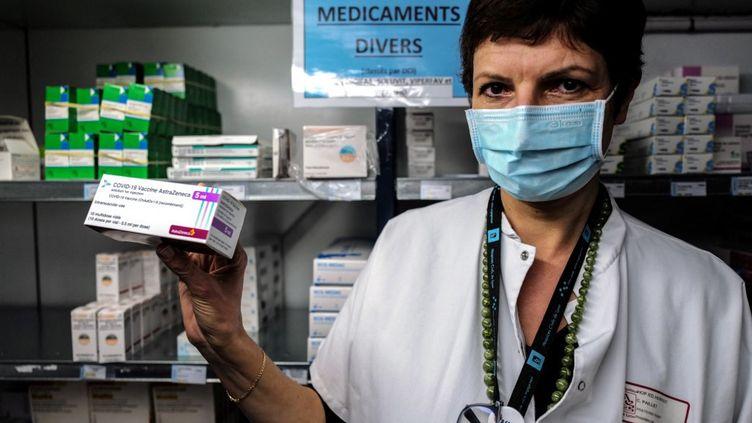 Une pharmacienne pose avec le vaccin AstraZeneca à Lyon (Rhône), le 6 février 2021. (OLIVIER CHASSIGNOLE / POOL / AFP)