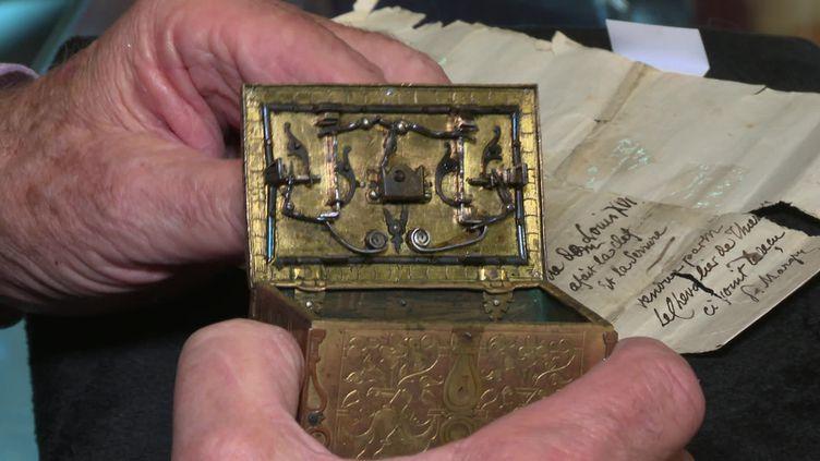 La serrure du coffret fabriquée par le roi Louis XVI. (CAPTURE D'ÉCRAN FRANCE 3)