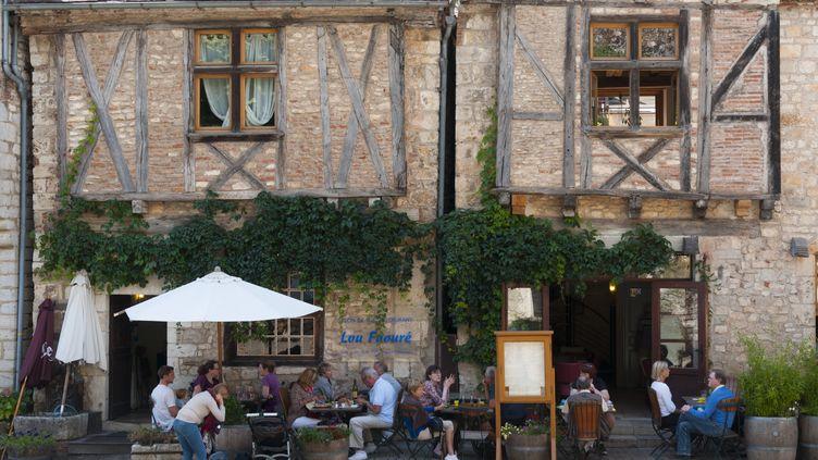 Une terrasse de restaurant àSaint-Cirq Lapopie (Lot). (THIERRY GRUN / AFP)