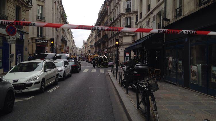 Opération de police dans le 10e arrondissement de Paris suite à une prise d'otage rue des Ecuries, le 12 juin 2018. (THOMAS SCHONHEERE / RADIOFRANCE)
