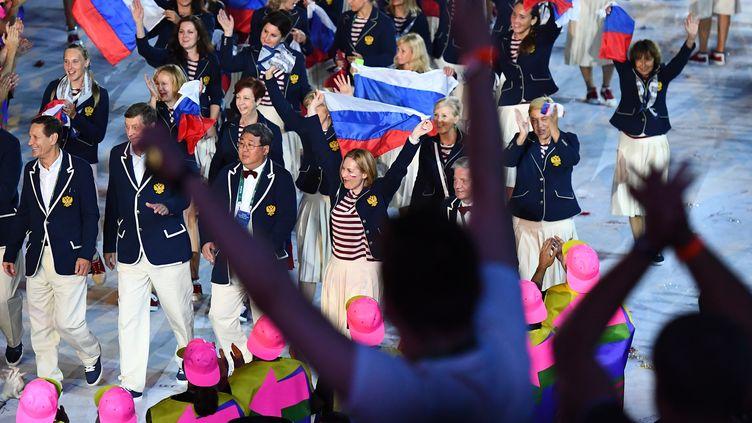La délégation nationale russe défilant lors de la cérémonie d'ouverture des Jeux olympiques de Rio 2016, au stade Maracana, à Rio de Janeiro, le 5 août 2016.  (FRANCK FIFE / AFP)