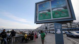Un panneau appelant au vote pour le référendum sur la constitution du 1er novembre, à Alger le 14 octobre 2020. (BILLAL BENSALEM / NURPHOTO / AFP)