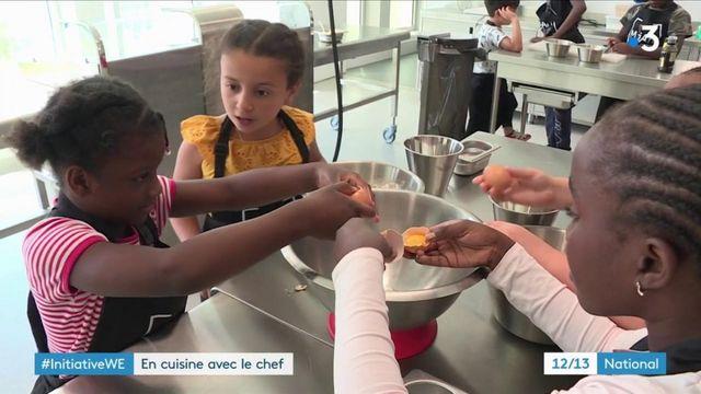 Les enfants passent en cuisine avec un chef