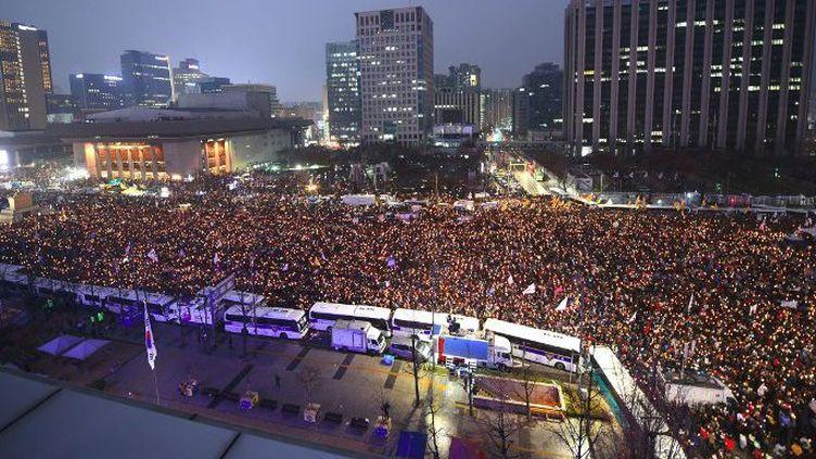 Des dizaines de milliers de manifestants rassemblés dans le centre de Séoul, le 26 Novembre 2016 pour réclamer le départ de la présidente Park Geun-Hye.   (Jung Yeon-Je / AFP)