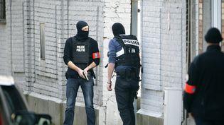 Une fusillade a éclaté dans un quartier de Bruxelles, le 15 mars 2016, lors d'une perquisition menée par la police belge dans le cadre de l'enquête sur les attentats de Paris. (YVES HERMAN / REUTERS)