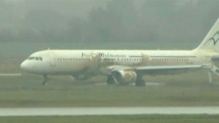 L'Airbus A321 qui a raté son atterrissage le 29 mars 2013 à l'aéroport St-Exupéry de Lyon (Rhône). ( FRANCE 2 / FRANCETV INFO)