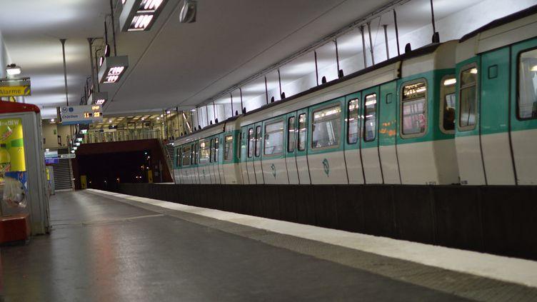 Une station de métro à Clichy (Hauts-de-Seine), le 8 avril 2020. (VICTOR VASSEUR / RADIO FRANCE)