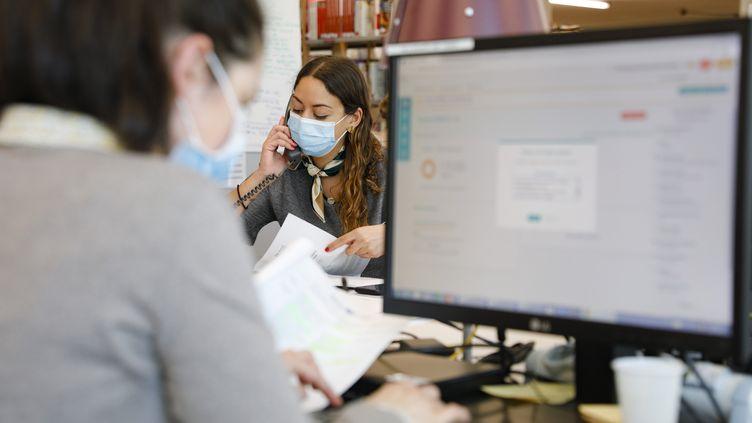 Des personnels de l'AP-HP travaillent sur la plateforme Covidom, qui permet de suivre à distance des patients présentant les symptômes du Covid-19. (GEOFFROY VAN DER HASSELT / AFP)