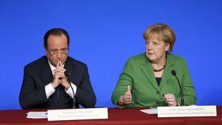 François Hollande et Angela Merkel, la chancelière allemande, le12 novembre 2013 à Paris lors d'un sommet européen consacré à l'emploi des jeunes à l'Elysée. (THOMAS SAMSON / AFP)