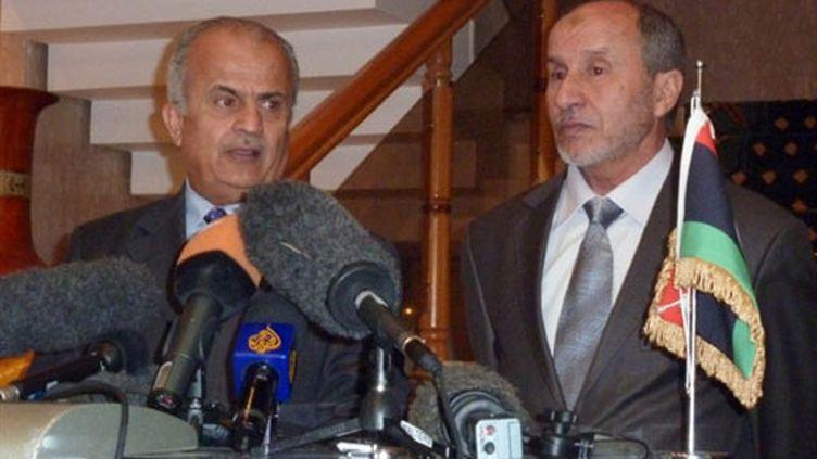 Le leader des insurgés Mustafa Abdeljalil et le représentant de l'Onu Abdel Ilah Khatib à Benghazi (1er avril 2011) (AFP / Marc Burleigh)
