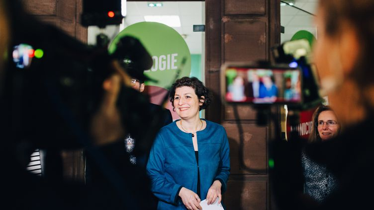 La candidate écologiste à Strasbourg, Jeanne Barseghian, devant son local de campagne, le 15 mars 2020. (ABDESSLAM MIRDASS / HANS LUCAS / AFP)