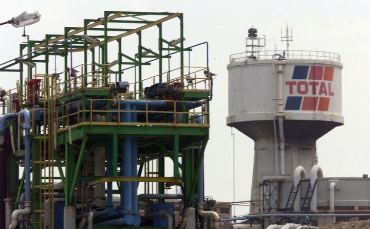 Le site pétrolier de la Mède, sur le bord de l'étang de Berre, dans les Bouches-du-Rhône. (GERARD JULIEN / AFP)