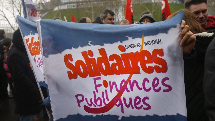 Un drapeau du syndicat Solidaires finances publiques, lors d'une manifestation (illustration). (AFP)