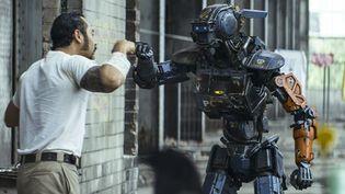 Chappie, un robot qui est le dernier espoir pour sauver l'humanité. Ici avec l'acteur José Pablo Cantillo.  (Sony Pictures Releasing France)