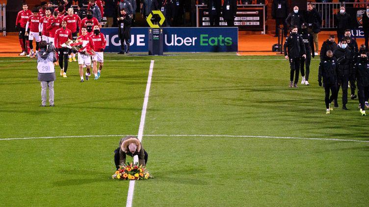 Avant la rencontre de la 18e journée de Ligue 1 entre Lorient et Monaco, les joueurs ont rendu un hommage à Yohann Essirard, bénévole décédé accidentellement le 20 décembre au stade du Moustoir. (LOIC VENANCE / AFP)