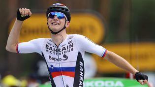 Le coureur slovène de l'équipe Bahrain Victorious, Matej Mohoric, vainqueur de la 7e étape du Tour de France lors de l'arrivée au Creusot, le 2 juillet 2021. (TIM DE WAELE / AFP)