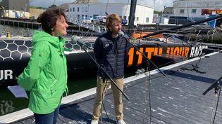 """François Gabart et Catherine Pottier sur le ponton du port de Concarneau, pendant le tournage de """"Mon labo sous la mer"""". (FRANCEINFO / RADIOFRANCE)"""