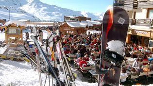 Terrasse de café d'altitude à Val-Thorens (Savoie). (JEAN-PIERRE CLATOT / AFP)