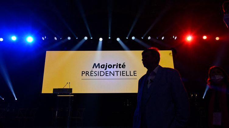 """Une affiche """"majorité présidentielle"""" au campus de LREM, le 2 octobre 2021, à Avignon (Vaucluse). (NICOLAS TUCAT / AFP)"""