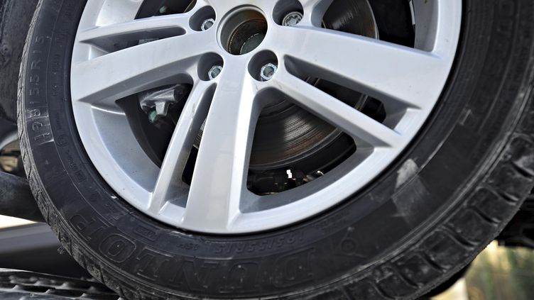 Illustration roue de voiture et frein à disque. (DAMIEN GAUTIER / MAXPPP)