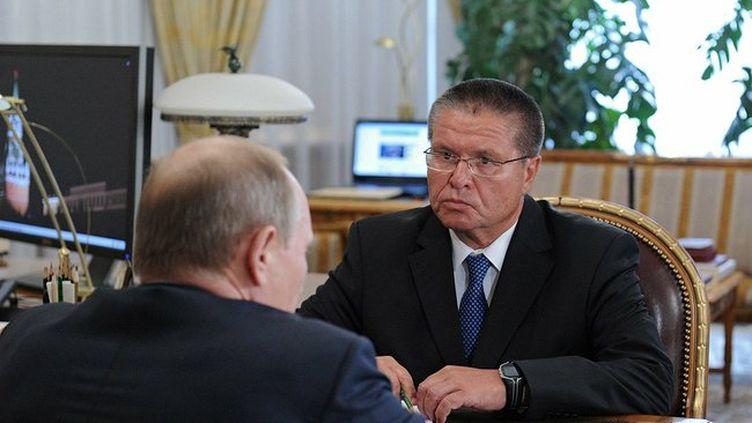 Alexeï Oulioukaev, ministre russe de l'Economie et Vladimir Poutine, à Moscou, le 24 juin 2013. (KREMLIN / WIKIMEDIA)
