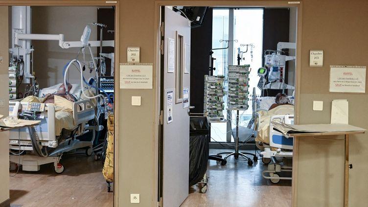 Des patients du Covid-19 dans le service réanimation de l'hôpital Avicenne à Bobigny (Seine-Saint-Denis), le 8 février 2021. (BERTRAND GUAY / AFP)