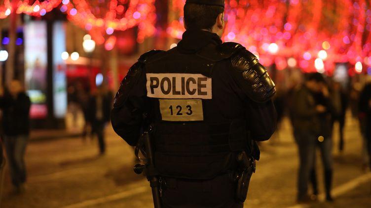 Un policier patrouille sur les Champs-Elysées, à Paris, le 31 décembre 2018. (ZAKARIA ABDELKAFI / AFP)