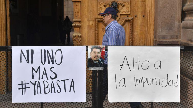 Des pancartes demandant justice, devant le siège du gouvernement mexicain, à Mexico (Mexique), le 6 octobre 2017, après le nouvel assassinat d'un journaliste dans le nord du pays. (YURI CORTEZ / AFP)