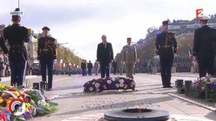 François Hollande se recueille sur la tombe du soldat inconnu lors des commémorations du 11-Novembre, le 11 novembre 2015, à Paris. (FRANCE 2)