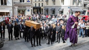 L'arrivée du cercueil lors de la cérémonie d'obsèques de Pierre Bellemare à l'église Saint-Roch à Paris, le 31 mai 2018. (NICOLAS KOVARIK / MAXPPP)