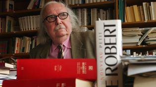 Alain Rey, directeur éditorial des dictionnaires Le Robert, ici dans son bureau le 18 février 2002. (ERIC FEFERBERG / AFP)
