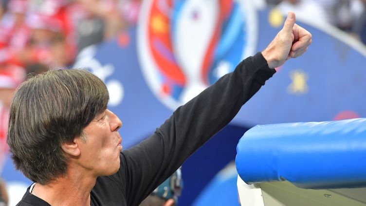 Plutôt décontracté, le sélectionneur de la Nationalmannschaft au Stade de France ! (PETER KNEFFEL / DPA)