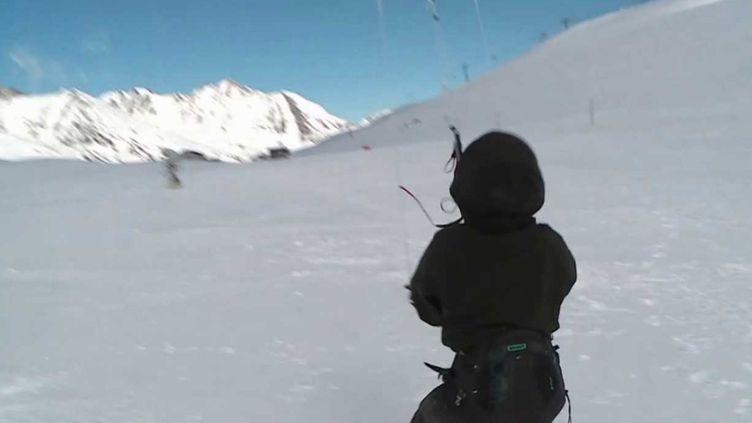 La Savoie est un lieu prisé par les amateurs de snowkite. Les skieurs sont tractés par une voile. (France 3)