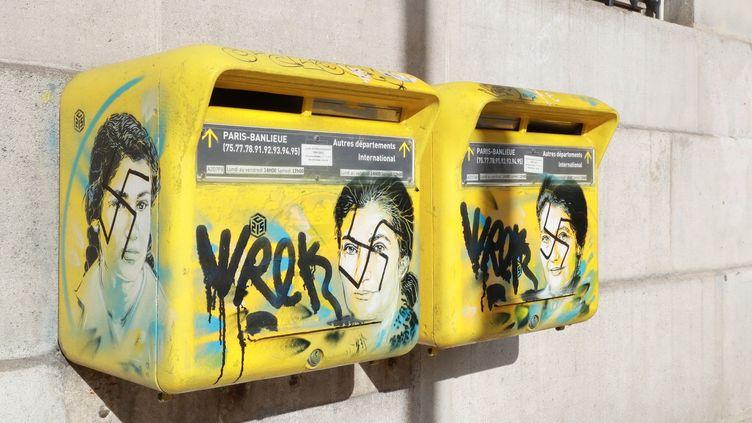 Deux portraits de Simone Veil tagués de croix-gammées dzans le 13e arrondissement de Paris.  (JACQUES DEMARTHON / AFP)