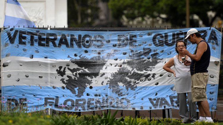 Le drapeau des vétérans de la guerre des Malouines à Buenos Aires (Argentine), le 7 février 2012. (JUAN MABROMATA / AFP)