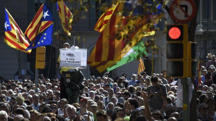 Une manifestation à Barcelone, pour protester contre l'intervention de la police espagnole contre le référendum d'autodétermination, le 20 septembre 2017.  (LLUIS GENE / AFP)