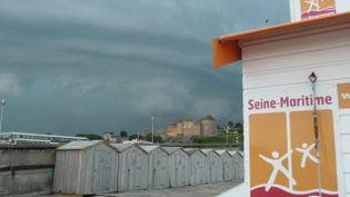 Le ciel chargé juste avant l'orage survenu à Dieppe, le 27 juillet 2013. (JUDIKAËLLE ROUSSEAU / FRANCE 3 HAUTE-NORMANDIE)