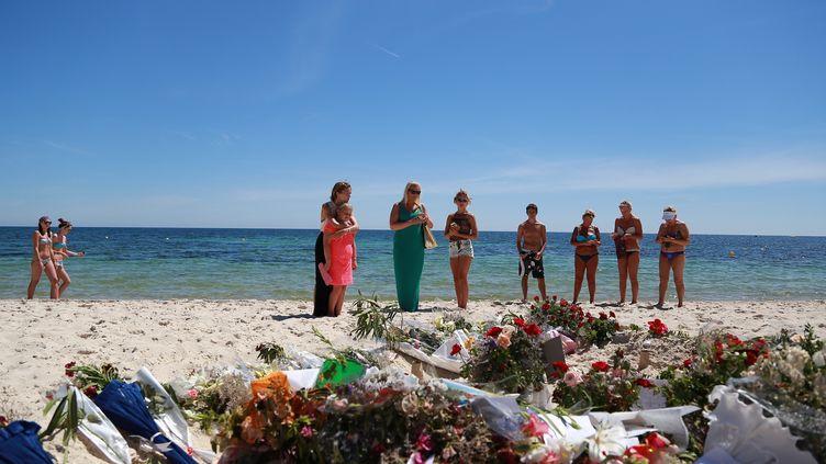 Des touristes rendent hommage aux victimes de la tuerie de Sousse (Tunisie), mardi 30 juin 2015. ( ANADOLU AGENCY / AFP)